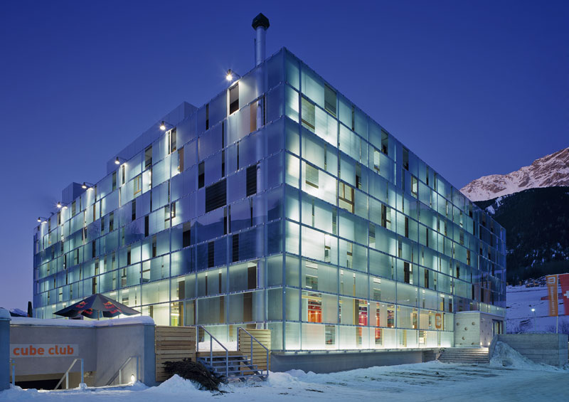 cube hotel exterior view night winter modernes Design in den Bergen